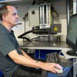 Lasergravurmaschine, Auftragsarbeiten, Gravur auf hartem Material